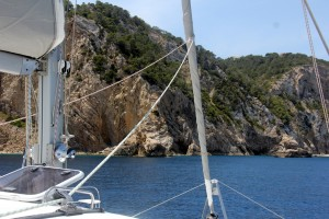 A fabulous cala ... extreme rock formations and very high cliffs!