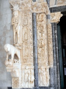 On the two columns around the portal we can see effigies of apostles, fantastic creatures and scenes of daily life of people of the time.